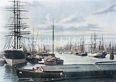 Historische Ansicht aus dem Hamburger Hafen - Hafenbecken des Segelschiffhafens. Blick vom Segelschiffkai in den Segelschiffhafen, ca. 1890; links der Amerikakai und rechts der Asiakai. Kähne haben längsseits an den Frachtschiffen festgemacht.