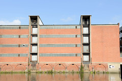 Fotos aus dem Hamburger Stadtteil Kleiner Grasbrook, Bezirk Mitte; Lagerhaus F am Dessauer Ufer im Saale-Hafen.