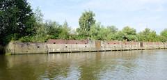 Fotos aus dem Hamburger Stadtteil Kleiner Grasbrook, Bezirk Mitte; Kaianlage am Melniker Ufer im Moldauhafen.