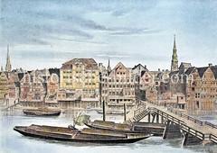 Blick über das Alsterfleet zu Häusern beim Alten Wall in der Hamburger Altstadt - Kähne auf dem Wasser, Angelboot mit Netz.