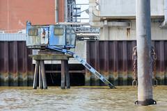 Alter Hafenkran auf Betonstelzen im Wasser der Norderelbe in Hamburg Veddel