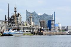 Fotos aus dem Hamburger Stadtteil Kleiner Grasbrook, Bezirk Mitte; Raffinerie und Tankschiff am Steinwerder Hafen - im Hintergrund die Elbphilharmonie.