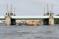 Hochwasser-Sperrwerk an der Billwerder Bucht in Hamburg Rothenburgsort - ein Schleppverband passiert bei Hochwasser die Durchfahrt.