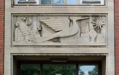 Wandrelief Phönix aus der Asche, Hamburg Rothenburgsort - lks. Kriegsruinen / Mond, re. Neubauten und Sonne.