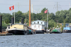 Fotos aus dem Hamburger Stadtteil Kleiner Grasbrook, Bezirk Mitte; Arbeitsschiffe / Hausboote am Berliner Ufer im Spreehafen.