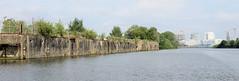 Fotos aus dem Hamburger Stadtteil Kleiner Grasbrook, Bezirk Mitte; Kaianlage am Melniker Ufer im Moldauhafen - im Hintergrund Gebäude der Hamburger Hafencity.