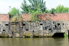 Fotos aus dem Hamburger Stadtteil Kleiner Grasbrook, Bezirk Mitte; alte Kaimauer am Melniker Ufer im Moldauhafen.