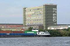 Fotos aus dem Hamburger Stadtteil Kleiner Grasbrook, Bezirk Mitte; Blick über die Norderelbe zum Holthusenkai und Verwaltungsgebäuden vom Übersee-Zentrum.