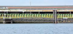Fotos aus dem Hamburger Stadtteil Kleiner Grasbrook, Bezirk Mitte; Wassertreppe und Anleger am Holthusenkai - hinter der Hochwasserschutzanlage Lagerhäuser vom Übersee-Zentrum.