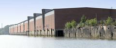 Fotos aus dem Hamburger Stadtteil Kleiner Grasbrook, Bezirk Mitte; Lagergebäude am Melniker Ufer im Moldauhafen.