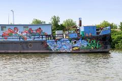Fotos aus dem Hamburger Stadtteil Kleiner Grasbrook, Bezirk Mitte; Arbeitsschiff mit Graffiti im Spreehafen am Berliner Ufer.