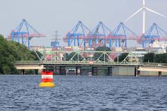 Fotos aus dem Hamburger Stadtteil Kleiner Grasbrook, Bezirk Mitte; Verbotstonne vor der Einfahrt zum Veddelkanal - Verbot der Durchfahrt und Sperrung der Schifffahrt.