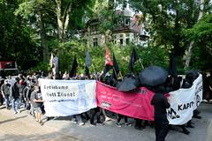"""Demonstration """"Wer hat der gibt"""" in Hamburg Blankenese am 21.08.21; Transparente - Freiräume statt Zäune, Für die Freiheit, her mit dem schönen Leben."""