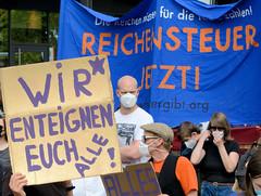"""Demonstration """"Wer hat der gibt"""" in Hamburg Blankenese am 21.08.21; Transparent - Reichensteuer jetzt - Pappschild Wir enteignen euch alle!"""