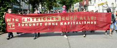 """Demonstration """"Wer hat der gibt"""" in Hamburg Blankenese am 21.08.21; Transpartent - Wir enteignen euch alle! Zukunft ohne Kapitalismus."""