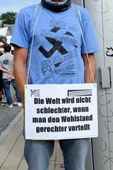 """Demonstration """"Wer hat der gibt"""" in Hamburg Blankenese am 21.08.21; Schild - Die Welt wird nicht schlechter, wenn man den Wohlstand gerechter verteilt."""