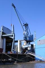 Hafenkran am Werfthafen der Sietas Werft.