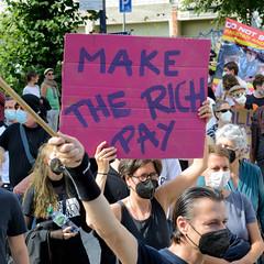 """Demonstration """"Wer hat der gibt"""" in Hamburg Blankenese am 21.08.21; Demonstrationszug - Schild, Make the rich pay."""