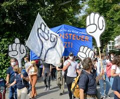 """Demonstration """"Wer hat der gibt"""" in Hamburg Blankenese am 21.08.21; Demonstrationszug mit Fäusten."""
