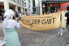 """Demonstration """"Wer hat der gibt"""" in Hamburg Blankenese am 21.08.21; goldenes Transparent - Die Reichen müssen für die Krise zahlen."""