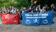"""Demonstration """"Wer hat der gibt"""" in Hamburg Blankenese am 21.08.21; Transparente - Für Sozialismus gegen Armut, Krise und Krieg - Fähren statt Frontex, Kreuzfahrtschiffe enteignen."""