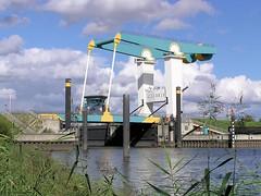 Este Sturmflutsperrwerk und Klappbrücke über den Fluss. Das Sperrwerk hat eine Durchfahrtsbreite von 40m - die Klappbrücke wird nach Anmeldung für aus- und einfahrende Schiffe hochgefahren.