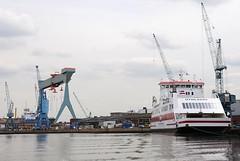Blick in den Werfthafen der Sietas Werft an der Este. Rechts am Ausrüstungskai der Neubau der kombinierten Auto- und Personenfähre UTHLANDE der Wyker Dampfschiffs-Reederei. Die Fähre hat ihren Heimathafen in Wyk auf Föhr hat und verkehrt auf der Rout