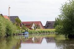 Die Wohnhäuser stehen vor Hochwasser geschützt hinter dem Deich der Este. Auf dem Fluss herrschte zu früheren Zeiten ein reger Güterverkehr, der mit Lastseglern ausgeführt wurde. Diese brachten die Waren an ihre Zielorte, wie z. B. die Obsternte auf