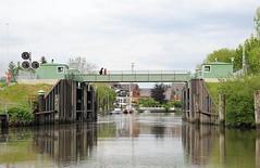 Inneres Estesperrwerk Hamburg Cranz. Das innere Este Sturmflutsperrwerk wurde 1961 errichtet - eine Fussgängerrollbrücke verbindet die Hamburger Stadtteile Cranz und Neuenfelde.