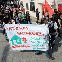 """Demonstration """"Wer hat der gibt"""" in Hamburg Blankenese am 21.08.21; Transparent - Vonovia enteignen, selbsorganisiert schöner wohnen."""