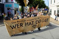 """Demonstration """"Wer hat der gibt"""" in Hamburg Blankenese am 21.08.21; Transparent - Die Reichen müssen für die Krise zahlen - WER HAT DER GIBT."""