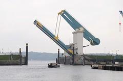 Klappbrücke über die Este zwischen Hamburg Cranz und Neuenfelde.  Die Klapbrücke über das Estesperrwerk ist hochgefahren, ein Schiff fährt in die dahinterliegende Elbe ein.
