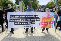 """Demonstration """"Wer hat der gibt"""" in Hamburg Blankenese am 21.08.21; Transparent - Bundesweiter Mietendeckel - Wohnungskonzerne enteignen - Wohnungen für alle."""