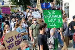 """Demonstration """"Wer hat der gibt"""" in Hamburg Blankenese am 21.08.21; Demonstrationszug - Schild Menschlichkeit statt Profitgier."""