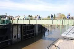 Fussgängerbrücke zwischen Hamburg Cranz und Neuenfelde. Der Fussgängerüberweg über die Este wird bei Bedarf für Schiffe geöffnet.