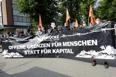 """Demonstration """"Wer hat der gibt"""" in Hamburg Blankenese am 21.08.21; Transparent - Seebrücke - schafft sichere Häfen - Offene Grenzen für Menschen statt für Kapital."""