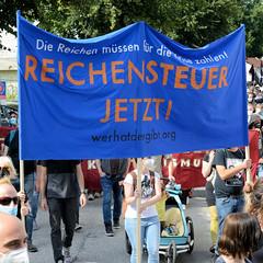 """Demonstration """"Wer hat der gibt"""" in Hamburg Blankenese am 21.08.21; Demonstrationszug - Reichensteuer jetzt."""