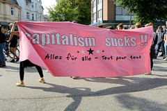 """Demonstration """"Wer hat der gibt"""" in Hamburg Blankenese am 21.08.21; Transparent - Capitlism sucks - Alles für Alle - Tout pour tous."""