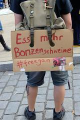 """Demonstration """"Wer hat der gibt"""" in Hamburg Blankenese am 21.08.21; selbstgemaltes Pappschild - Esst mehr Bonzenschweine # freegan."""