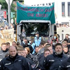 """Demonstration """"Wer hat der gibt"""" in Hamburg Blankenese am 21.08.21; Polizei und Demonstrationszug."""