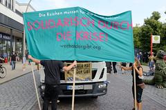 """Demonstration """"Wer hat der gibt"""" in Hamburg Blankenese am 21.08.21; Transparent - Solidarisch durch die Krise."""
