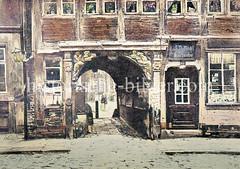 Schwibbogen mit Evangelisten (Matthäus / Marcus) über dem Buden-Durchgang  an der Jacobi-Kirche in der Hamburger Altstadt an der Steinstraße - die Gebäude wurden um 1880 abgerissen, der Bogen ins Museum für Kunst + Gewerbe gebracht.