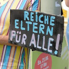 """Demonstration """"Wer hat der gibt"""" in Hamburg Blankenese am 21.08.21; Schild - Reiche Eltern für Alle!"""